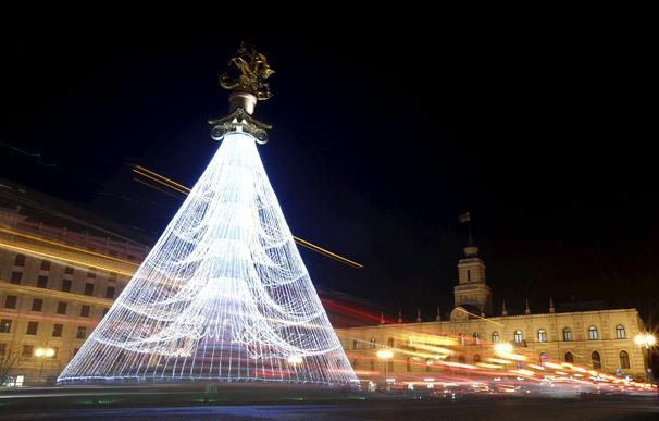 اضواء شجرة الميلاد في العاصمة الجورجية تيبلسي تنعكس على السيارات.