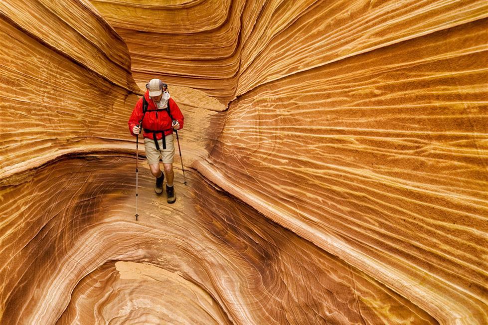 سائح وسط كثبان اريزونا المتحجرة ـتصوير استيفن مانيرا