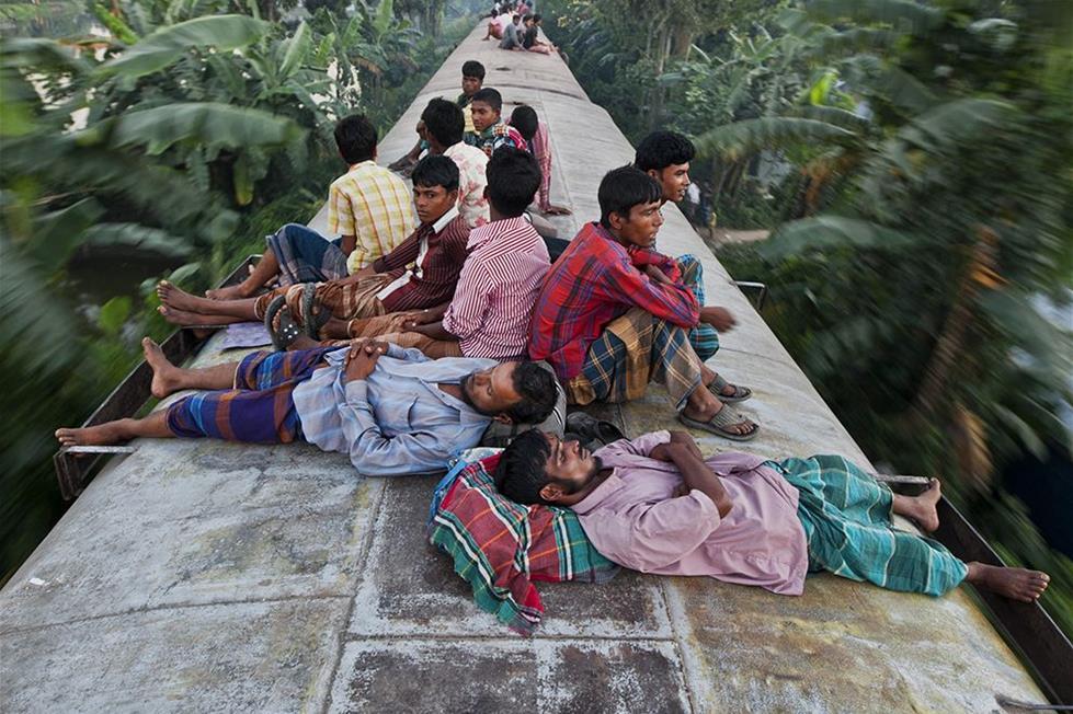 مسافرون فوق قطار فى بنغلاديش ـ تصوير أ , م , احد