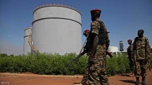جنود من جنوب السودان يحرسون أحد المواقع النفطية - أرشيف.