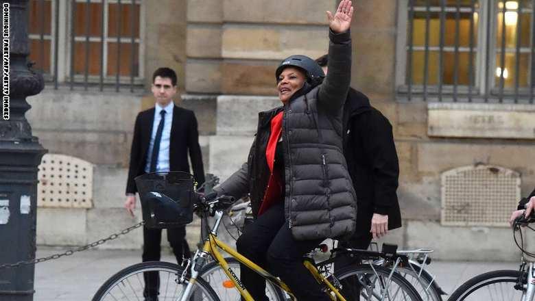 وزيرة العدل الفرنسية المستقيلةكريستيان توبيرا تمتطى دراجتها الهوائية بعد وداع موظفيها