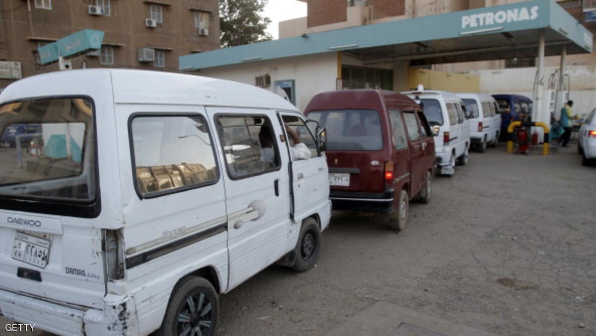 سودانيون أمام إحدى محطات البترول في العاصمة الخرطوم - أرشيف.