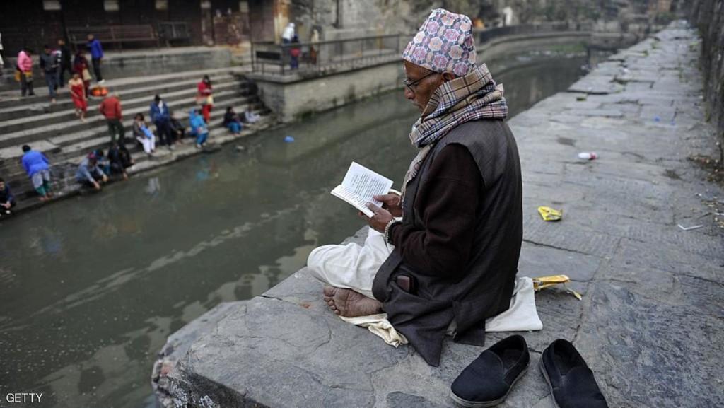 هندوسي يقرأ من كتابه المقدس بمناسبة الكسوف في نيبال
