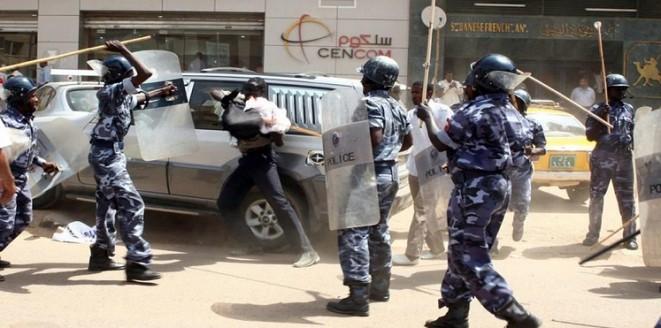 وزارة الداخلية السودانية، أوقفت عددًا من الضباط وأفراد الشرطة عن العمل، وأمرت بإدخالهم السجن، بسبب تلك التجاوزات.