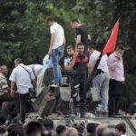 10 لقطات للشعب التركي في مواجهة الجيش: أشهرها «فتى الدبابة»