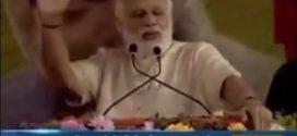 رئيس الوزراء الهندي يٌلقي خطاباً على الشعب وفجأة انطلق صوت الاذآن من مسجد قريب.. فشاهد ماذا فعل!