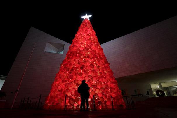 شجرة الميلاد امام متحف التاريخ في مونتيري في المكسيك، الشجرة مصنوعة من سلات المهملات البلاستكية