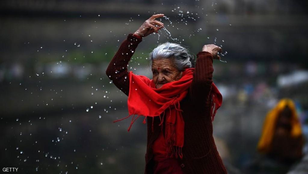 هندوسية تنثر المياه احتفالا بالكسوف