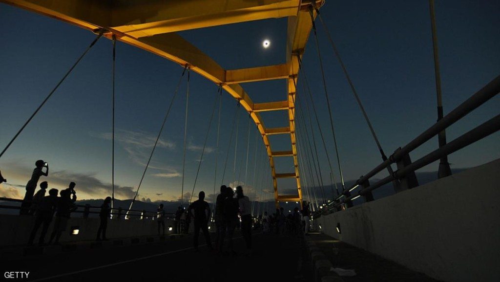 فوق الجسر نهار تبدل ليلا بفعل الكسوف